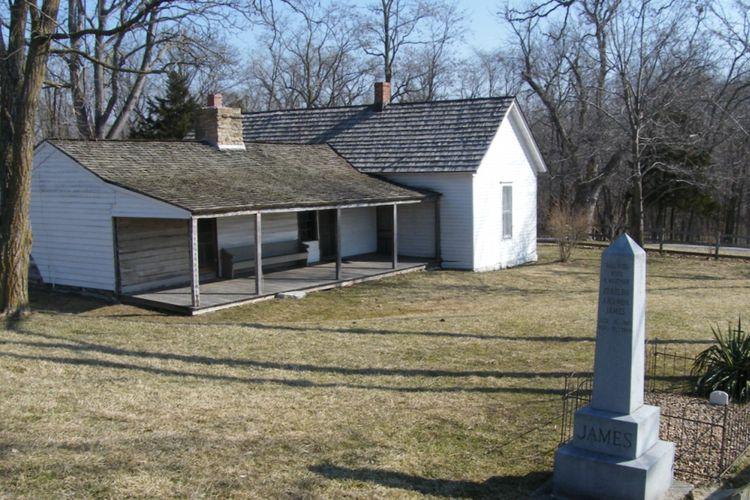 Rumah yang menjadi tempat si bandit Jesse James dan kakaknya Frank dibesarkan. Rumah itu masih terawat hingga saat ini.