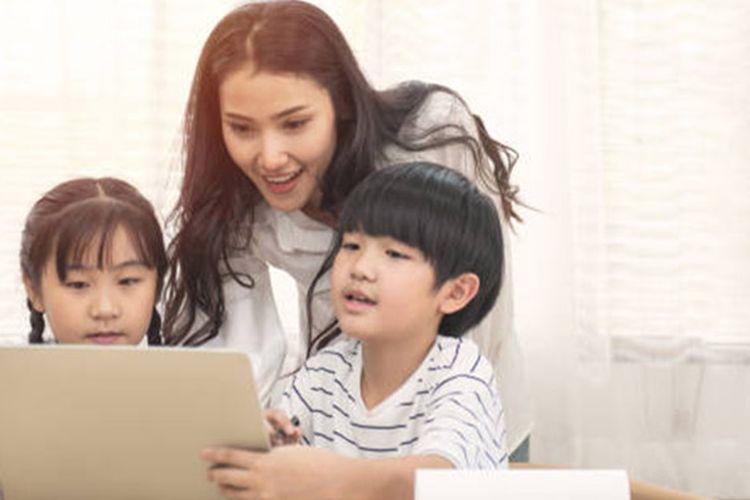 Orangtua memiliki peran penting dalam membimbing anak belajar dari rumah.