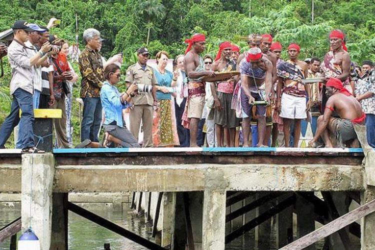 Masyarakat adat Teluk Mayalibit, Raja Ampat, Papua Barat, Jumat (17/2/2017), di Kampung Warsambin, menggelar prosesi adat untuk menetapkan kawasan perikanan adat Teluk Mayalibit. Peraturan ini disepakati 12 kepala adat dan kepala kampung setempat untuk mengatur lokasi penangkapan dan perlindungan ikan.