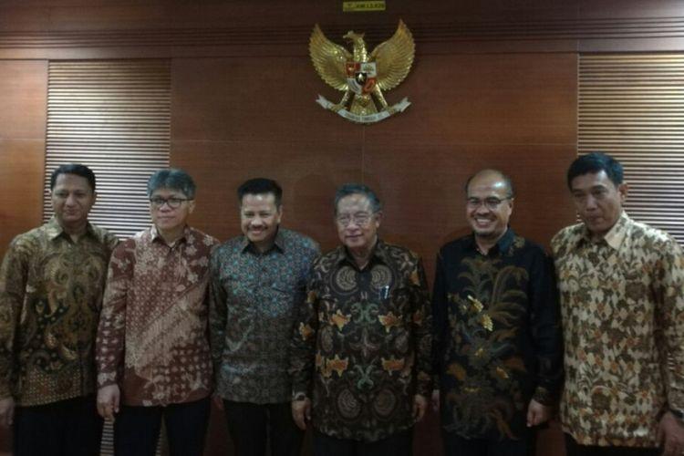 Menteri Koordinator Perekonomian Darmin Nasution bersama pejabat baru BP Batam di Kantor Kementerian Koordinator Perekonomian, Jakarta, Kamis (19/10/2017)