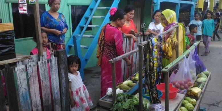 Sejumlah warga yang membeli sayur di gerobak Indotang bukan cuma mendapat bahan masakan, tetapi cuma pengetahuan tentang risiko pernikahan usia anak