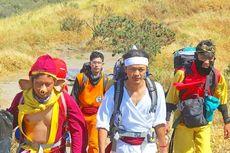 Aksi Pemuda Lereng Merapi Bersihkan Gunung Sambil Kenakan Kostum Superhero