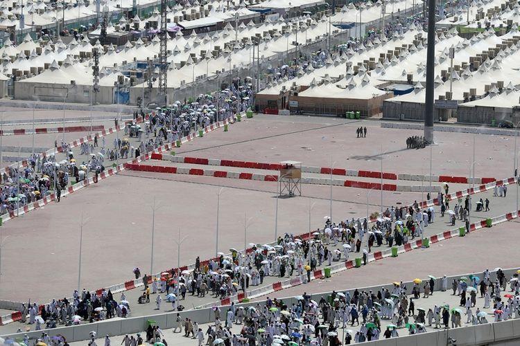 Para jemaah haji hendak ambil bagian dalam lempar jumrah yang merupakan bagian dari rangkaian ibadah haji di kawasan Jembatan Jumrah di Kota Mina dekat Mekah, Arab Saudi, Minggu (3/9/2017). Tercatat sekitar 2,1 juta umat Muslim dari berbagai belahan dunia berkumpul untuk melaksanakan ibadah haji tahun ini.