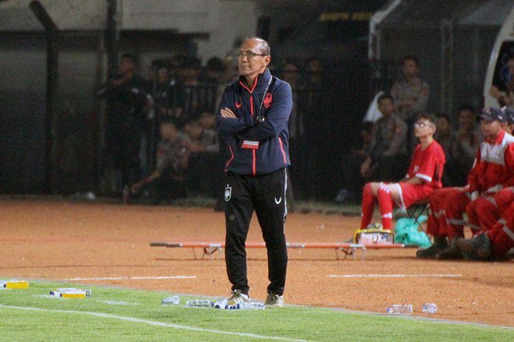 Pelatih PSIS, Bambang Nurdiansyah, saat mendampingi timnya di laga melawan Persib Bandung, Rabu (6/11/2019).