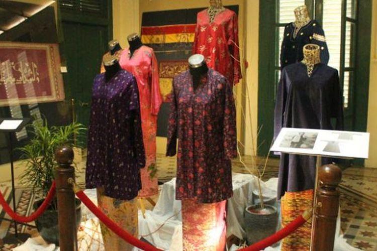 Baju kurung atau tunik yang sarat nilai Islami di Museum Tekstil, Tanah Abang, Jakarta.