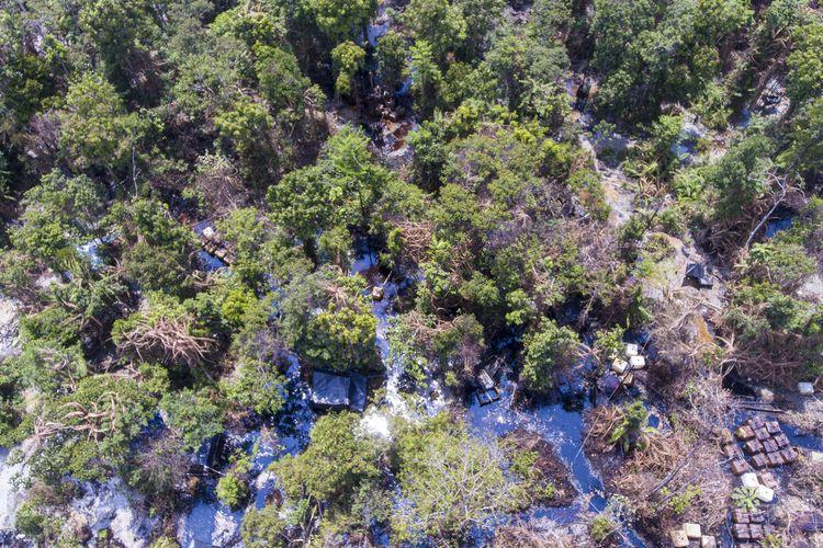 Ratusan sumur minyak mentah ilegal yang berada di Desa Pangkalan Bayat, Desa Sako Besar, Lubuk Kumpo, Kabupaten Musi Banyuasin (Muba), Sumatera Selatan, Rabu (28/4/2021). Sumur minyak ilegal yang berada di lahan milik perusahaan ini ditutup petugas lantaran semakin meresahkan dan merusak lingkungan.