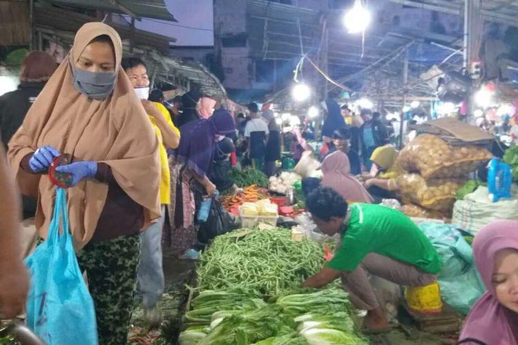Suasana pasar Km 5 Palembang yang masih padat tanpa menerapkan social distancing sebagai salah satu protokol keamanan Ccovid-19 di hari pertama penerapan Pembatasan Sosial Berskala Besar (PSBB), Rabu (20/5/2020).