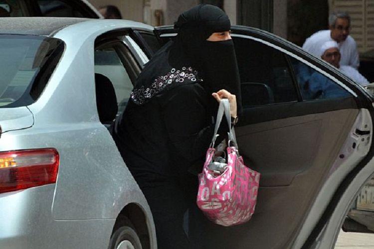 Arab Saudi adalah satu-satunya negara di dunia ini yang melarang perempuan untuk mengemudi dan jika naik mobil, di kursi belakang, juga harus bersama suami atau saudara.