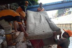 Bersihkan Sampah di Kali Grogol, Petugas Kaget Temukan 5 Kasur dan 1 Sofa