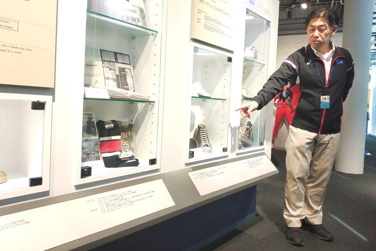 Toshikazu Kayano sedang menjelaskan perkembangan sepatu di ASICS Museum di Kobe, Jepang