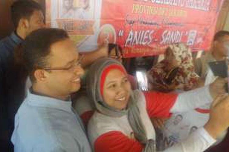 Anies Baswedan saat mengunjungi warga Kelurahan Lubang Buaya, Jakarta Timur, Rabu (16/11/2016)