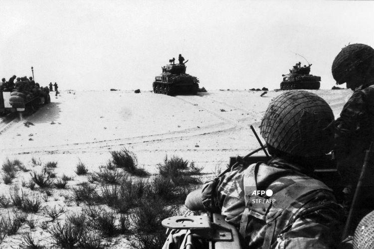 Pasukan lapis baja Israel beraksi dalam foto ini yang diambil pada bulan Juni 1967 di Gurun Sinai.