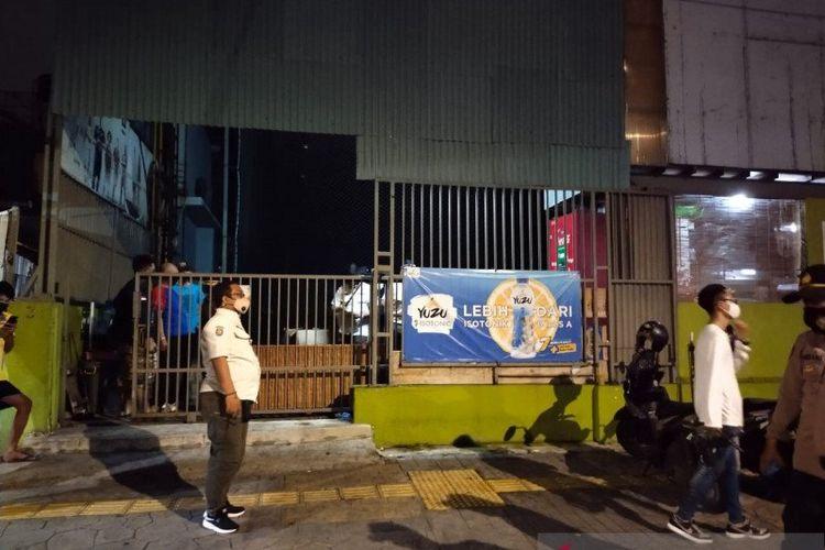 Sidak protokol kesehatan oleh anggota Satuan Polisi Pamong Praja (Satpol PP) Jakarta Barat di Baba Futsal, Grogol Petamburan, Jakarta, Rabu (20/1/2021).