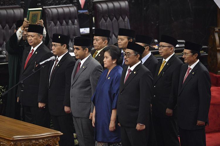 Ketua MPR periode 2019-2024 Bambang Soesatyo (kiri) dan sembilan pimpinan MPR lainnya mengucapkan sumpah jabatan saat pelantikan di ruang rapat Paripurna MPR, Kompleks Parlemen, Senayan, Jakarta, Kamis (3/10/2019). Sidang Paripurna tersebut menetapkan Bambang Soesatyo sebagai Ketua MPR periode 2019-2024 dengan Wakil Ketua, Ahmad Basarah dari Fraksi PDI Perjuangan, Ahmad Muzani dari Fraksi Partai Gerindra, Lestari Moerdijat dari Fraksi Partai Nasdem, Jazilul Fawaid dari Fraksi Partai Kebangkitan Bangsa, Syarief Hasan dari Fraksi Partai Demokrat, Zulkifli Hasan dari Fraksi Partai Amanat Nasional, Hidayat Nur Wahid dari Fraksi Partai Keadilan Sejahtera, Arsul Sani dari Fraksi Partai Persatuan Pembangunan dan Fadel Muhammad dari Kelompok DPD di MPR. ANTARA FOTO/Nova Wahyudi/wsj.