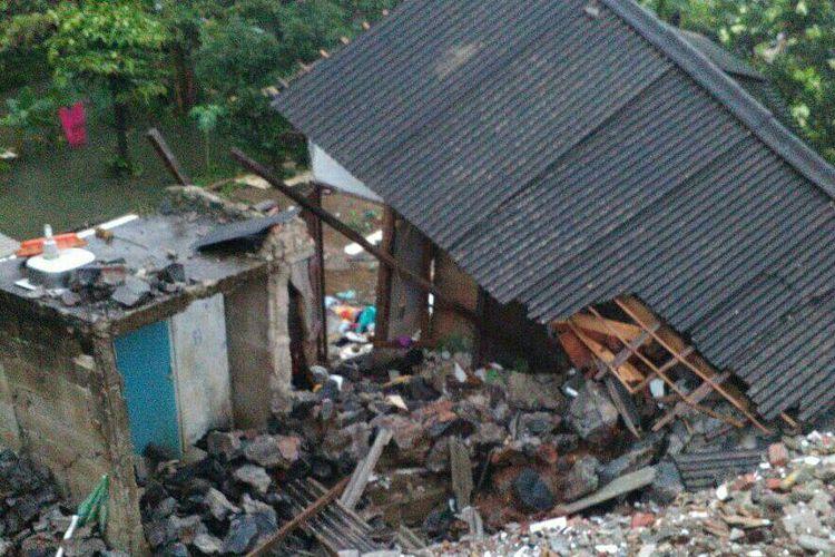 Rumah warga yang tertimpa longsor di Jagakarsa pada Seni (3/4/2017).
