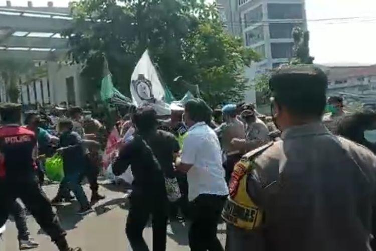 Tangkapan layar video demonstrasi di depan Gedung Balai Kota Tangerang Selatan yang berakhir ricuh, Senin (26/7/2021).