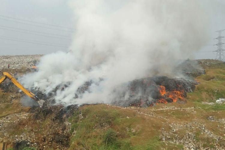 Kebakaran melanda lahan seluas 50 meter persegi di TPA Cipayung, Depok, Jawa Barat pada Senin (10/8/2020).