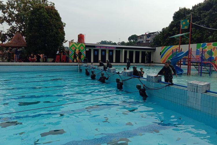 Anggota Yonif 411/Pandawa mengikuti lomba renang di Kalitaman.