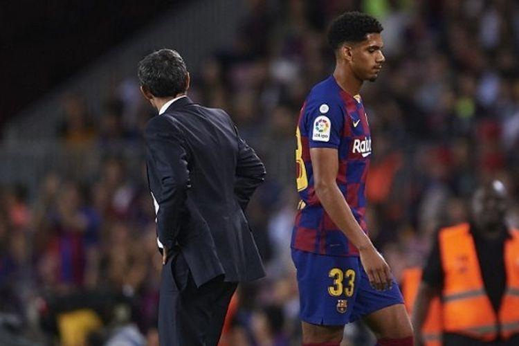Pemain muda Barcelona, Ronald Araujo keluar lapangan setelah mendapat kartu merah di menit 87 kala bertemu dengan Sevilla di Camp Nou, Senin (7/10/2019) dini hari WIB.