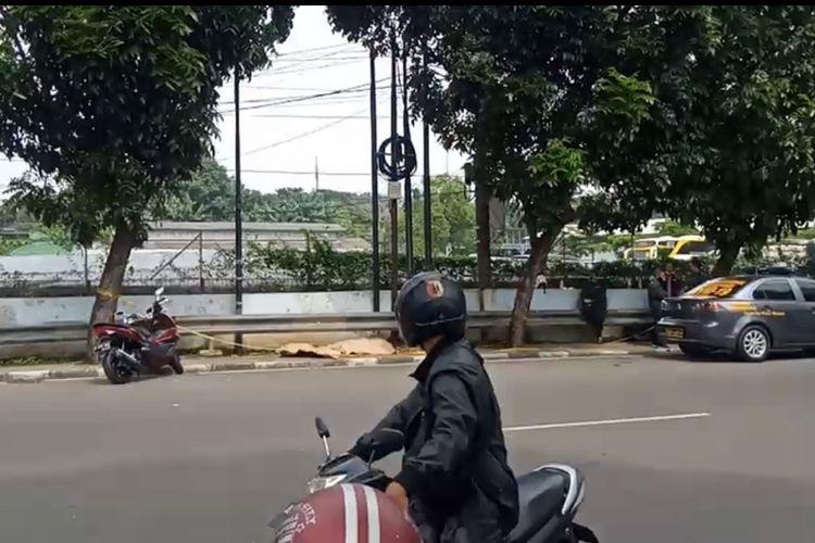 Sesosok mayat laki-laki ditemukan di pinggir Jalan Swadharma, Pesanggrahan, Jakarta Selatan pada Kamis (4/3/2021) pagi.