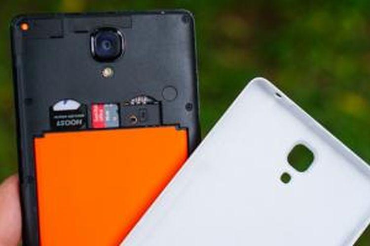 Cover belakang Xiaomi Redmi Note bisa dilepas untuk emngakses kompartemen baterai