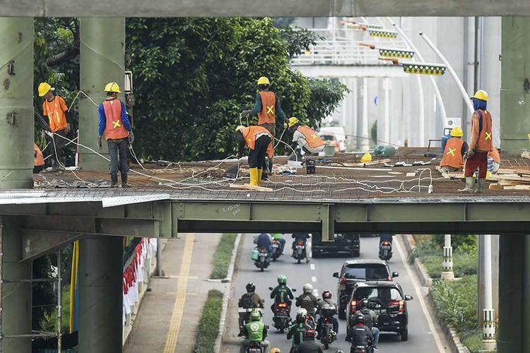 Pekerja menyelesaikan pembangunan skybridge di Halte TransJakarta Centrale Stichting Wederopbouw (CSW) koridor 13, Jakarta, Rabu (8/7/2020). Skybridge atau Jembatan Penyeberangan Multiguna (JPM) yang akan terintegrasi antara Stasiun MRT ASEAN dengan Halte TransJakarta CSW tersebut ditargetkan rampung pada akhir 2020.