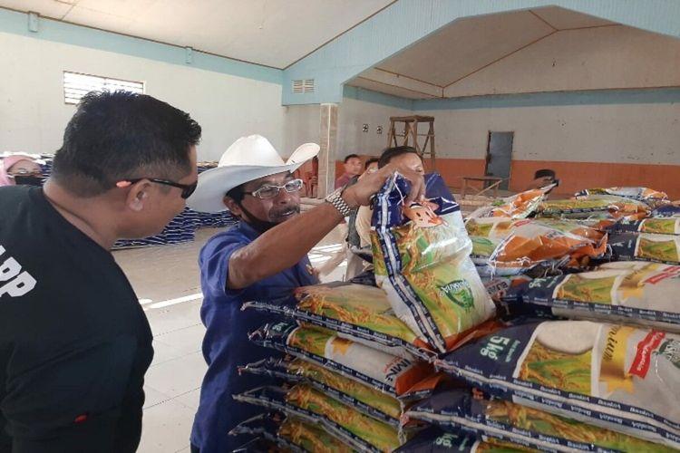 Bupati Boltim Sehan Salim Landjar saat meninjau beras yang akan dibagikan kepada warganya