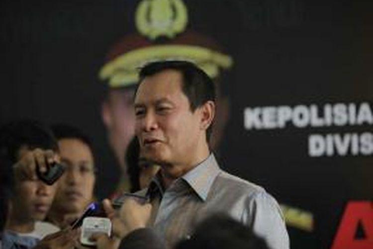 Kepala Bareskrim Mabes Polri Komjen Sutarman menyampaikan keterangan seputar kasus dugaan korupsi pengadaan simulator SIM di Mabes Polri, Jumat (3/8/2012).