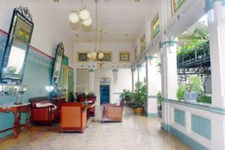 Teras rumah Ndalem Tjokrosoemartan, milik saudagar batik Laweyan, Solo, yang dibangun tahun 1915. Rumah menjadi simbol keberhasilan ekonomi pedagang batik. Sepasang kaca besar yang dipajang dipercaya sebagai penolak bala.