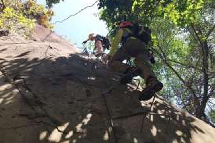 Pendaki menjajal via ferrata atau tangga besi di Gunung Parang, Purwakarta.