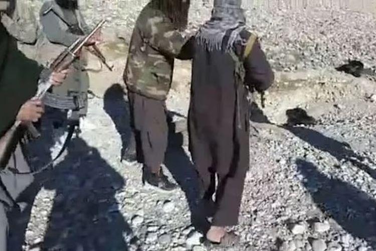Milisi Taliban memenggal kepala tentara Afghanistan. [Via Daily Mail]