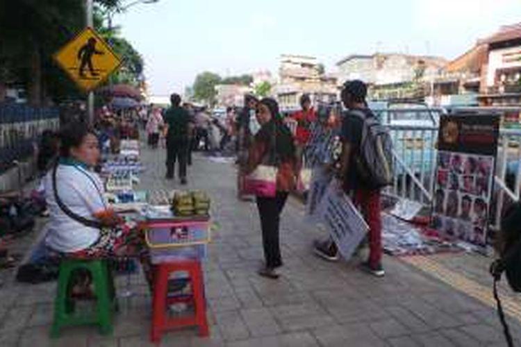 Pedagang Kaki Lima (PKL) berdagang di dalam pagar Stasiun Kota. Padahal sedianya pagar dibangun untuk mencegah PKL masuk ke dalam lingkungan Stasiun Kota.