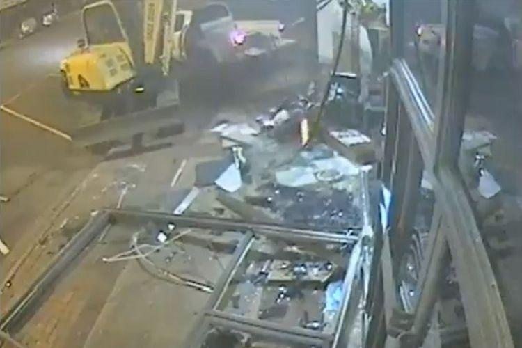 Dua pencuri di Victoria, Australia, menghancurkan bangunan bank dengan menggunakan ekskavator, kemudian membawa sejumlah uang, Rabu (12/12/2018). (Twitter/Kepolisian Victora)