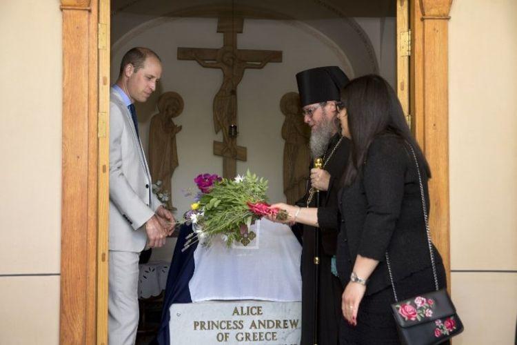 Pangeran William mengunjungi makam nenek buyutnya, Putri Alice, di Gereja St Marry Magdelen, di Yerusalem Timur, Kamis (28/6/2018). (AFP/POOL/Sebastian Scheiner)