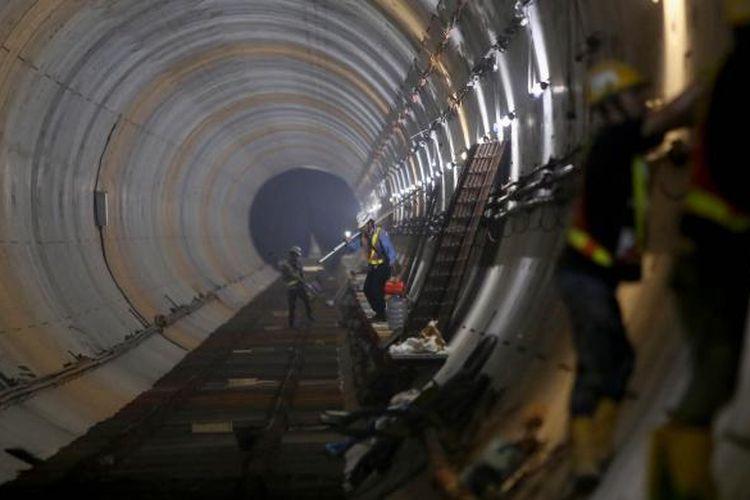 Aktivitas pekerja menyelesaikan pengerjaan proyek pengeboran terowongan untuk angkutan massal cepat (Mass Rapid Transit/MRT) di kawasan Stasiun Bendungan Hilir, Jakarta Pusat, Kamis (3/11/2016). Pengerjaan proyek MRT fase pertama ini diperkirakan rampung pada tahun 2018.