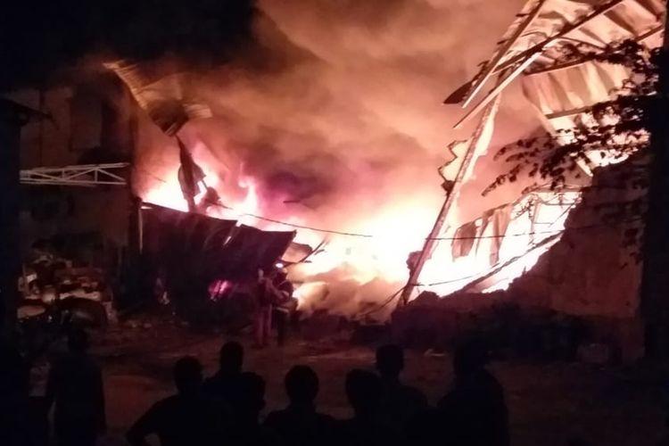 Tiga unit ruko yang berada di komplek Ruko Niaga Mas, Bangkong Jaya, Bengkong, Batam, Kepulauan Riau hangus terbakar, Rabu (21/8/2019) malam tadi.