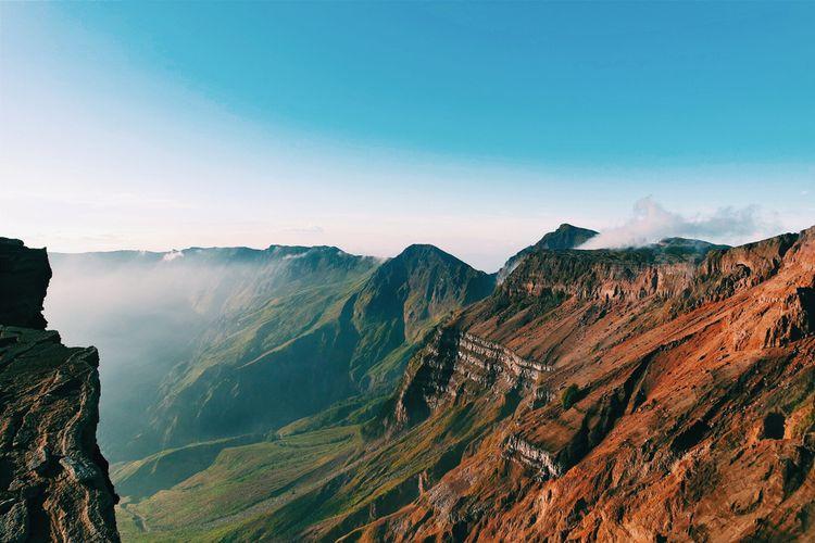 Panorama kawah di Gunung Tambora, Pulau Sumbawa.