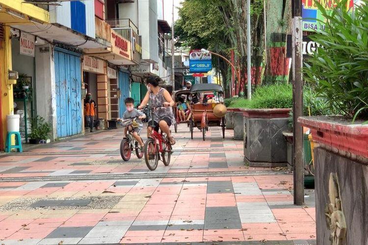 Suasana Jalan Pemuda (Pecinan) Kota Magelang pada masa Pemberlakuan Pembatasan Kegiatan Masyarakat (PPKM), akhir Februari 2021.