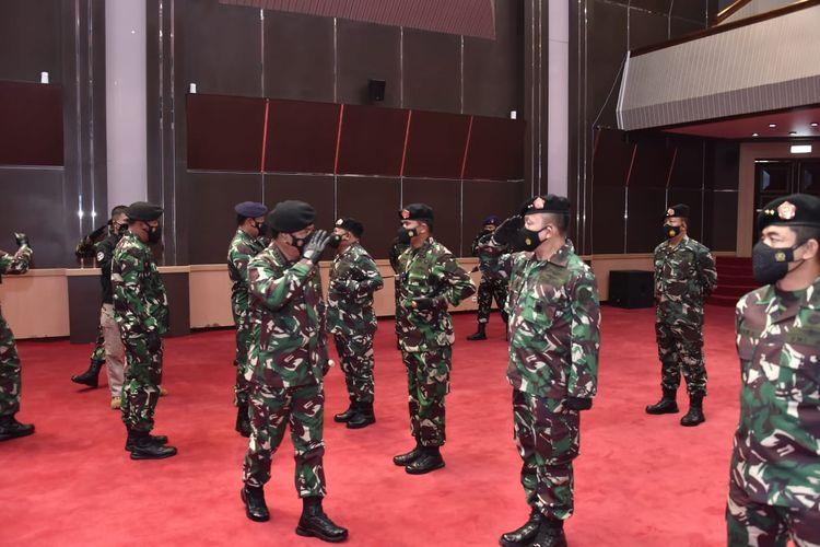 Panglima TNI Marsekal Hadi Tjahjanto saat menaikkan pangkat satu tingkat lebih tinggi 25 Perwira Tinggi (Pati) yang berlangsung di Mabes TNI, Cilangkap, Jakarta Timur, Senin (6/9/2021).