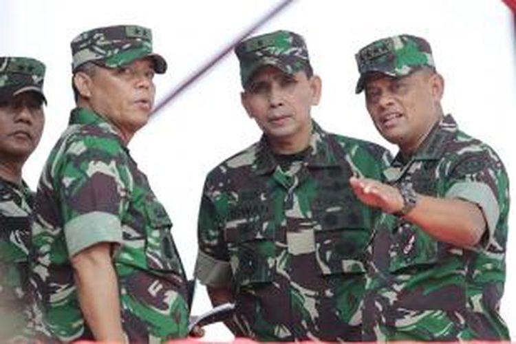 Panglima TNI Jenderal Gatot Nurmantyo (kanan) saat geladi bersih HUT Ke-70 Tentara Nasional Indonesia di Dermaga Indah Kiat, Cilegon, Banten, Sabtu (3/10/2015).