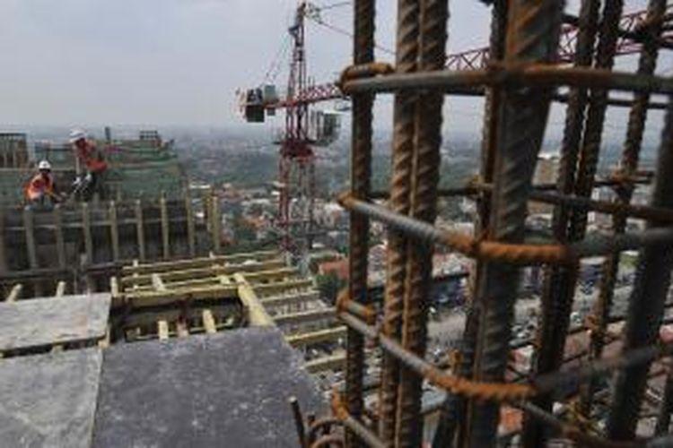 Pekerja menyelesaikan pembangunan proyek perkantoran dan apartemen Taman Melati Margonda yang memasuki tahap tutup atap di Kota Depok, Jawa Barat, Rabu (18/7/2012). Pembangunan apartemen di Depok kini makin menggeliat dengan lokasi mendekati kampus-kampus perguruan tinggi untuk mencari pasar di kalangan mahasiswa.