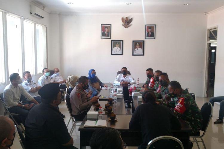 Wakil Sekretaris Gugus Tugas Percepatan Penanganan Covid-19 Kota Surabaya, Irvan Widyanto menggelae audiensi tentang kebijakan relaksasi usaha bagi warkop atau angkringan di Surabaya, Rabu (9/6/2021).