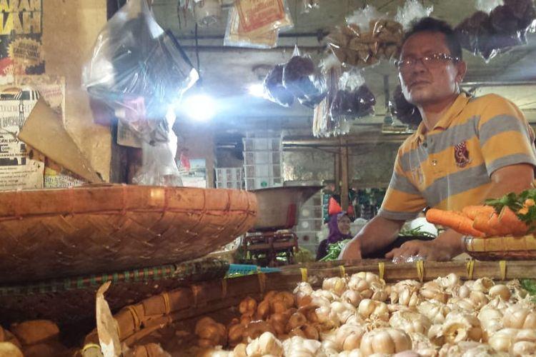 KENAIKAN HARGA ? Seorang pedagang sayuran di Pasar Muka Cianjur, Jawa Barat mengeluhkan kenaikan harga bawang merah dan bawang putih yang melonjak 100 persen dari harga normal, karena berdampak pada penurunan omset. (KOMPAS.com/FIRMAN TAUFIQURRAHMAN)