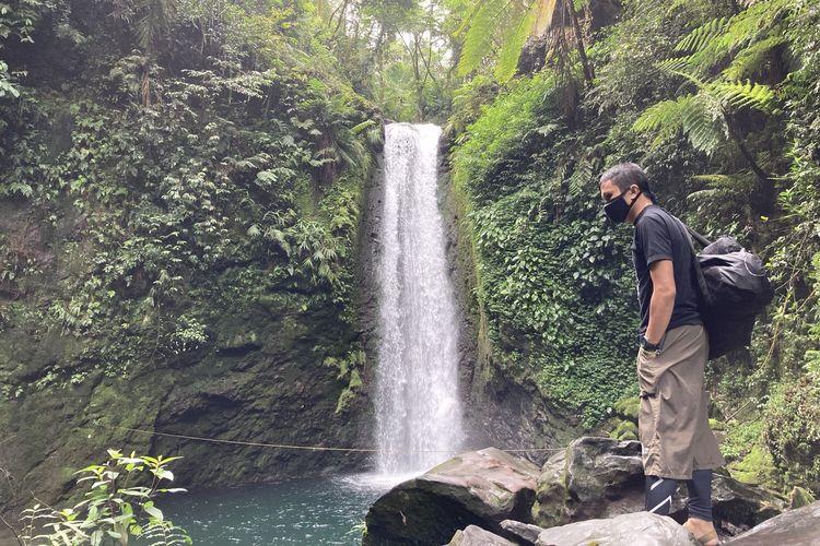 Seorang wisatawan yang hendak melakukan kegiatan freediving di Curug Kondang, Kecamatan Pamijahan, Kabupaten Bogor, Selasa (25/5/2021).