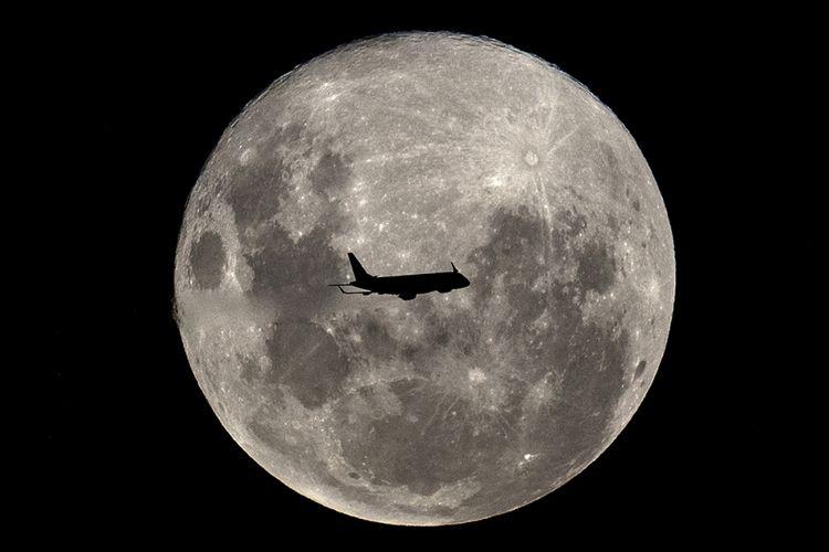 Sebuah pesawat Embraer 190-100IGW dari Aerolineas Argentinas, dalam penerbangan reguler dari Buenos Aires ke kota Argentina Bahia Blanca, melintas di depan Supermoon, Selasa (19/2/2019). Fenomena Supermoon kali ini yang disebut juga dengan Super Snow Moon terjadi saat bulan berada pada titik perige terdekat yakni 363.300 km dari bumi sehingga bulan terlihat 14 persen lebih besar dan 30 persen lebih terang dari bulan purnama biasanya.
