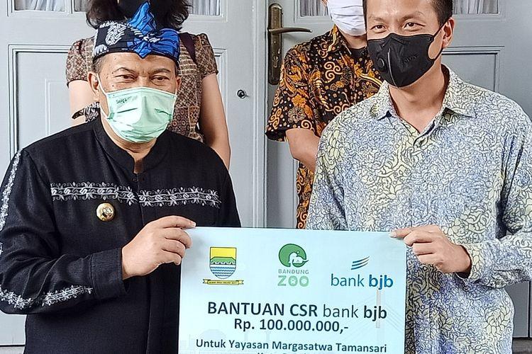 Wali Kota Bandung menyerahkan bantuan program Corporate Social Responsbility (CSR) dari Bank BJB untuk disalurkan ke Kebun Binatang Bandung atau Bandung Zoological Garden untuk membantu memenuhi pakan satwa.