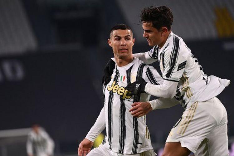 Cristiano Ronaldo (kiri) merayakan golnya bersama Paulo Dybala (kanan) pada laga pekan ke-15 Liga Italia yang mempertemukan Juventus vs Udinese di Stadion Allianz, Senin (4/1/2021) dini hari WIB.