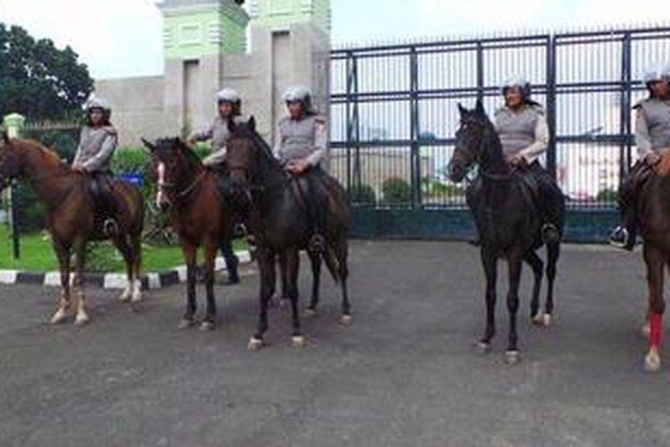 Pasukan berkuda dari Detasemen Turangga Baharkam Mabes Polri standby di Gedung DPR MPR RI dalam pengawalan dan penjagaan hari buruh 1 Mei 2013.