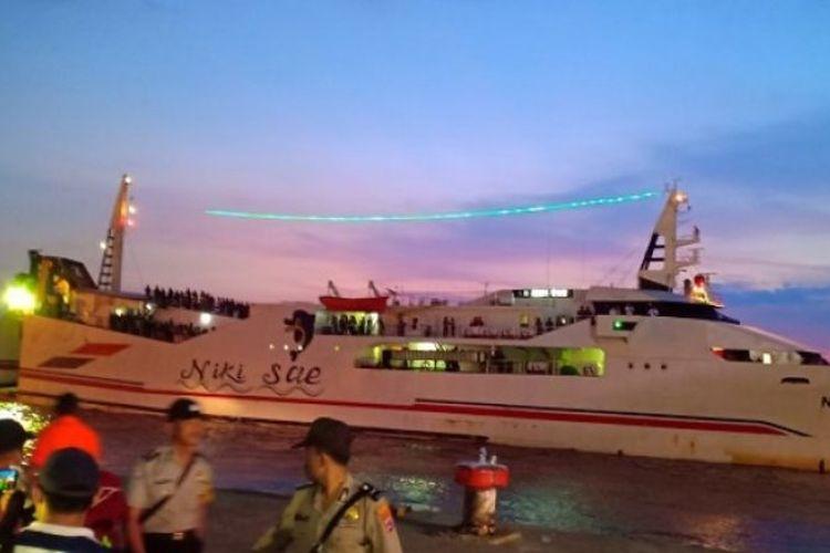 KM Niki Sae saat tiba di Pelabuhan Trisakti Banjarmasin, Sabtu. Kapal ini dikerahkan untuk mengevakuasi penumpang selamat dari KM Satya Kencana IX yang terbakar di perairan Laut Jawa.