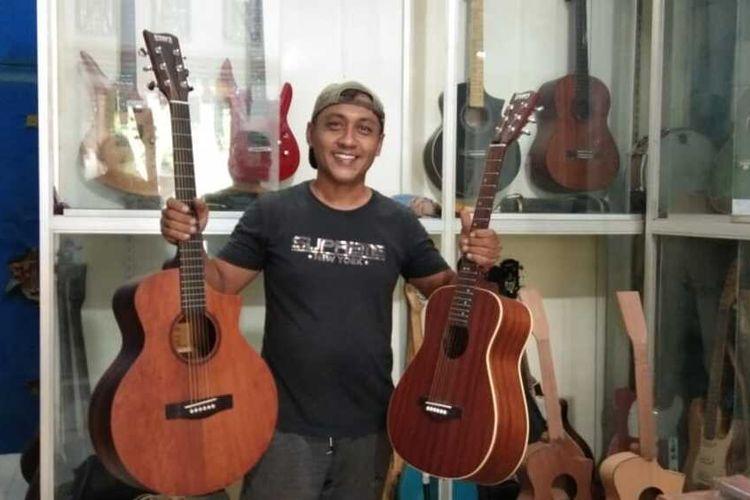 Adnan, pengrajin gitar Andrea di Desa Meunasah Mesjid, Kecamatan Muara Dua, Kota Lhokseumawe, Senin (22/3/2021).